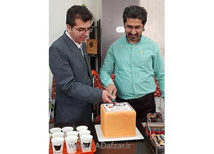 مهندس علی پور و مهندس مرادی در حال بریدن کیک