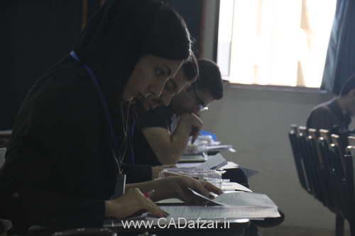 شرکت کنندگان، در حال پاسخ به سوالات مرحله اول مسابقه