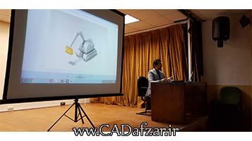 مهندس علی پور در حال بررسی پروژه های کتیا در ورکشاپ